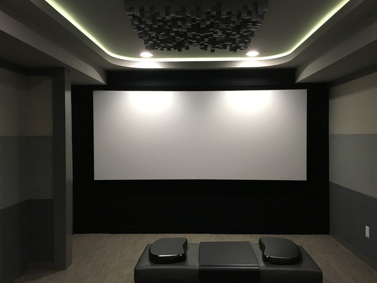 Home Theater towards scren